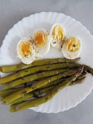 Jajko ze szparagami na śniadanie